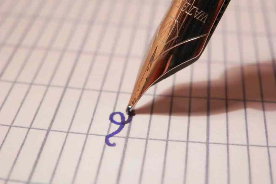 stylo plume d'un enfant qui apprend l'orthographe