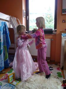 enfants qui jouent dans leur chambre montessori s'instruire autrement pas d'école