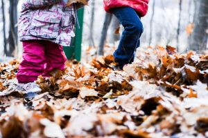 enfant joue feuilles forêt s'instruire autrement montessori récré