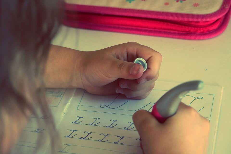 enfant apprend écriture lettres lignes ecole devoirs