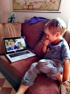 Mon fils qui est en train d'apprendre l'anglais, attentif à la méthode kokoro lingua