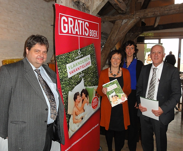 voorzitter logeren in Vlaanderen vzw Stefaan Gheysen, gedeputeerde toerisme Monique Swinnen, directeur logeren in Vlaanderen Saskia Van Laere en Willy Orlandini