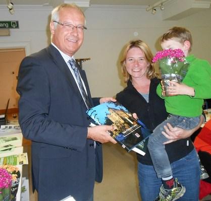 Burgemeester  Deconick van Leeuw overhandigt een prijs aan de Zoektochtwinnaar.