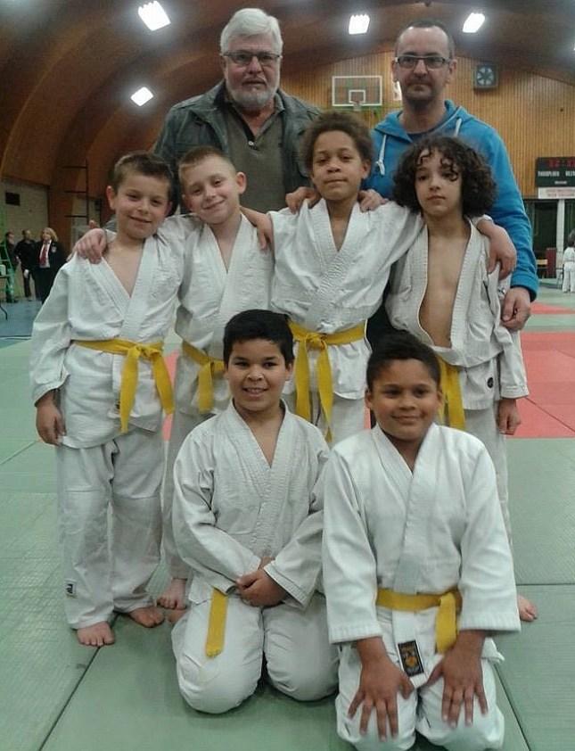 ploeg U 11 met voorzitter Jean-Willy Peeters  en coach Alain Decuyper