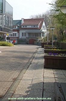 2014-04-24-voetpaden-aan-gemeentehuis-01