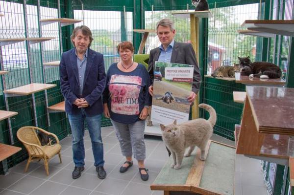 Foto: De campagne krijgt de steun van Michel Vandenbossche van GAIA, hier samen op de foto met Claire Licoppe van kattenpension Prestige en gedeputeerde Luc Robijns.