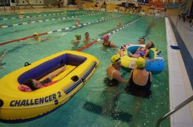 2014-11-22-smiletome-kinderen-sluiten-zwemmarathon-af