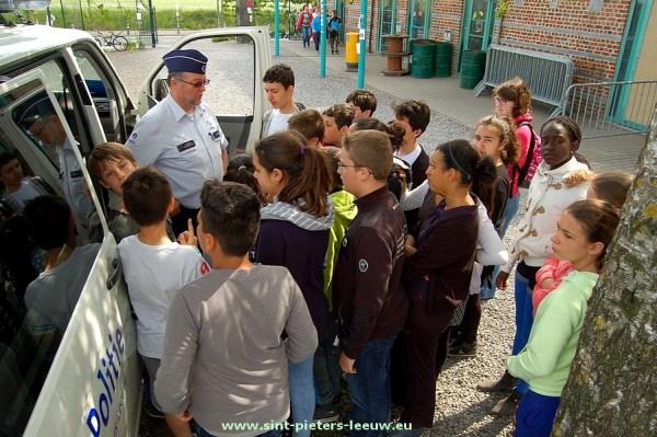 MEGA-inspecteur Marc Geerinckx geeft uitleg aan de leerlingen