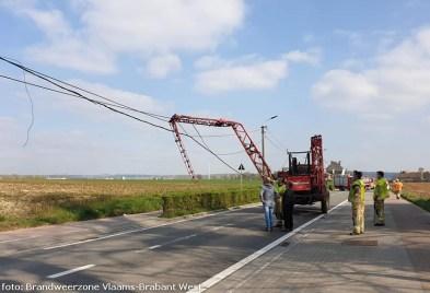2021-04-02-landbouwvoertuig raakt electriciteitskabels-01
