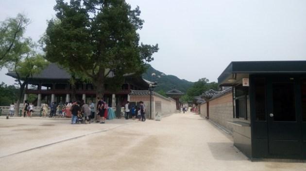 Jalan di antara istana Deoksugung