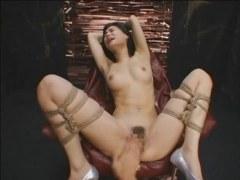 ハーフ系AV女優の小澤マリアがM字開脚で緊縛され快感攻めに絶頂してる潮吹き動画