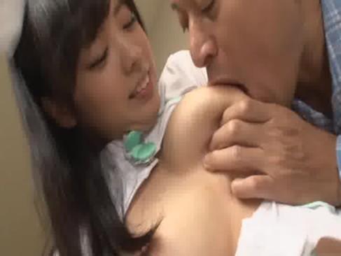 笑顔が超可愛い黒髪美少女がナースコスで淫行!患者に巨乳やおまんこを自由に弄らせて大量発射してる潮吹き抜ける動画