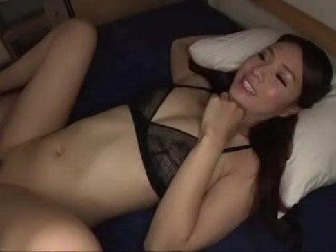 ぷりぷりの桃尻と笑顔が素敵な激カワギャルとセックス!綺麗なおまんこを弄りまくる潮吹き抜ける動画