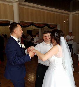 Artur tańczy z parą młodą