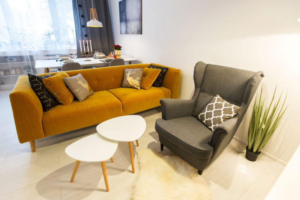 Musztardowa sofa w stylu skandynawskim