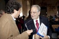 Un congressista conversa con George Chrousos, il massimo studioso contemporaneo della neuroendocrinologia dello stress