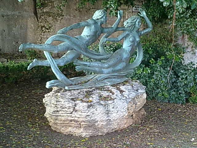 Aretusa ed Alfeo; scultura di Biagio Poidimani all'interno della Fonte Aretusa a Siracusa