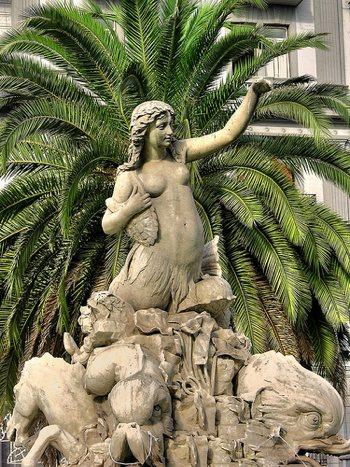 Sirene: la fontana della sirena Partenope a Napoli