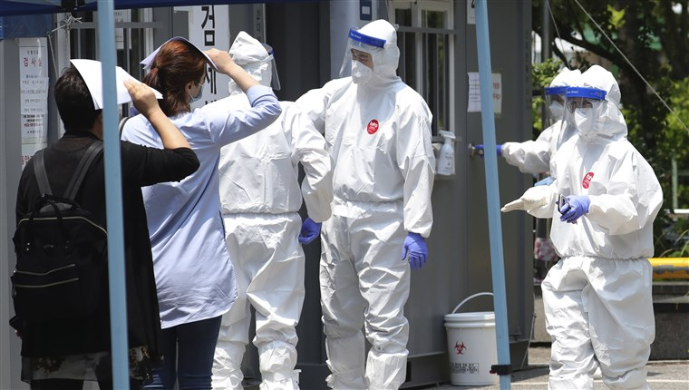 Image: People suspected of being infected with the new coronavirus wait to receive tests at a coronavirus screening station in Bucheon, South Korea