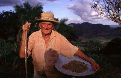 Félix con su recíen cosechado café.