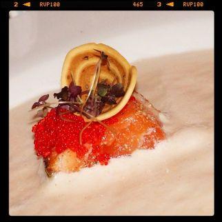 Salmón marinado con mousse de camarón