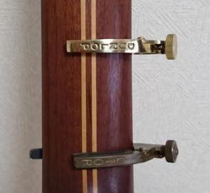 Ovation USA Classic 1863 のネックでダンロップ製とヴィクター「カポ比較」裏側