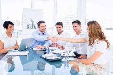 ejecutivos-estrechandose-mano-reunion-negocios_13339-258140