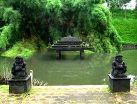 Miniatur Borobudur dan penjaganya...