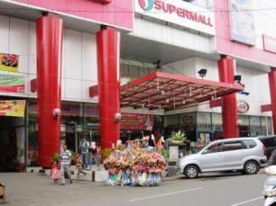 Siapa takut jualan depan Mall...