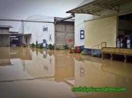 Halaman pabrik yg tergenang air.