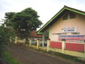 sekolah dasar berada di bagian belakang taman