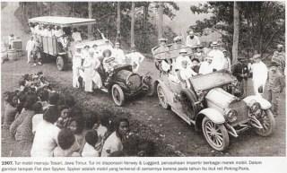 1907. Tour mobil menuju Tosari, Jawa Timur. Dalam foto tampak mobil Fiat dan Spyker.