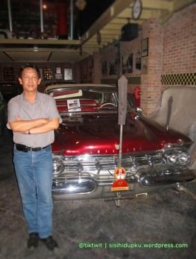 Berfoto sejenak didepan mobil kuno Crown Imperial Ghia Parade Limousine, 1959. Salah satu mobil eks Bung Karno.