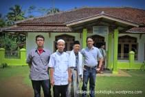 Di depan mensjid Nurul Huda, 3 generasi, saya, abah, adik saya dan anak saya paling besar..
