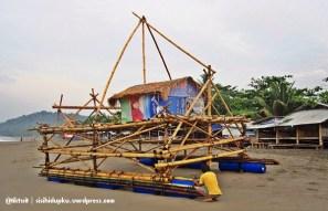 Pagang sedang diperbaiki oleh akang nelayan.