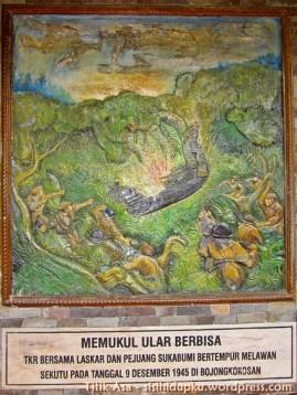 Relief pertempuran Bojongkokosan, memukul ular berbisa.
