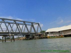 Jembatan Blacan ditatap dari atas perahu.