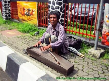 Pemain kecapi di depan Kantor Pos Sukabumi.