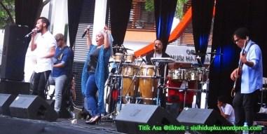 Reza dan Rieka yang tetap enerjik bernyanyi.