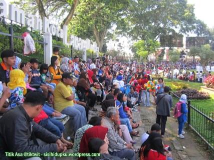 Masyarakat yang menghadiri upacara