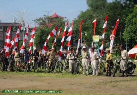 Pasukan sepeda ontel, di bagian kiri lapangan.