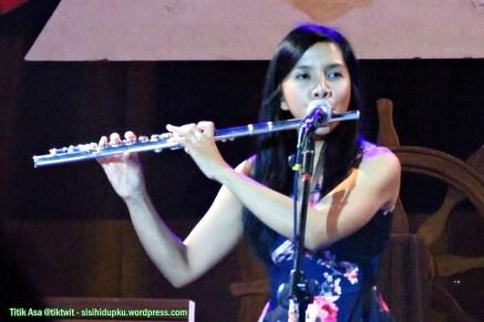 Arina, vocal dan flute.