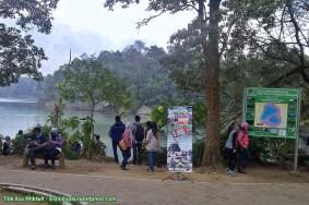 Sebagian pengunjung di sisi Telaga Warna.