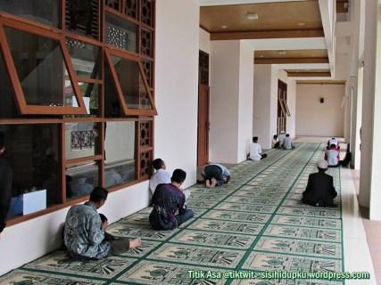 Sajadah terhampar di sisi kanan masjid.