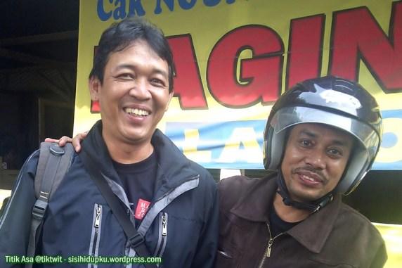 Saya dan Mas Azzet didepan warung soto Lamongan.