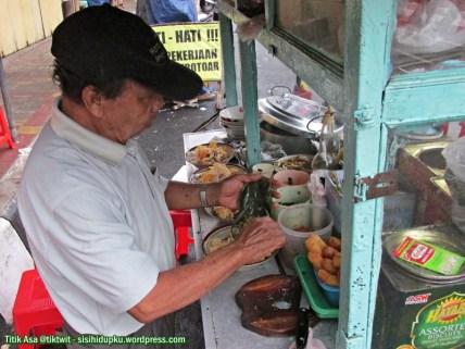 4. Pepes jeroan ayam dituangkan pada setiap mangkuk.
