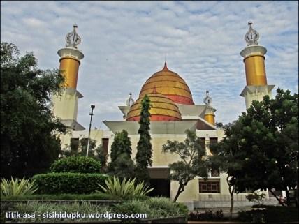Menatap Masjid Agung Sukabumi dari tengah alun-alun.