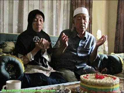 Bapak dan Emak memanjatkan doa