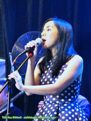 Arina bernyanyi penuh penghayatan