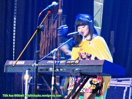 Yura bernyanyi dan bermain keyboard.